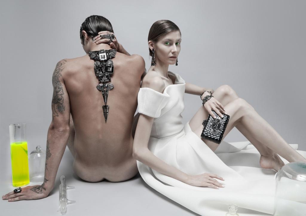 collection accessoires de on aura tout vu blanc laboratoire bijous bracelets collier et bagues homme nud tatoo sexy