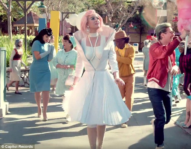 katy_perry_is_wearring_on_aura_tout_vu_for_her_new_music_video_chained_to_the_rythm_l