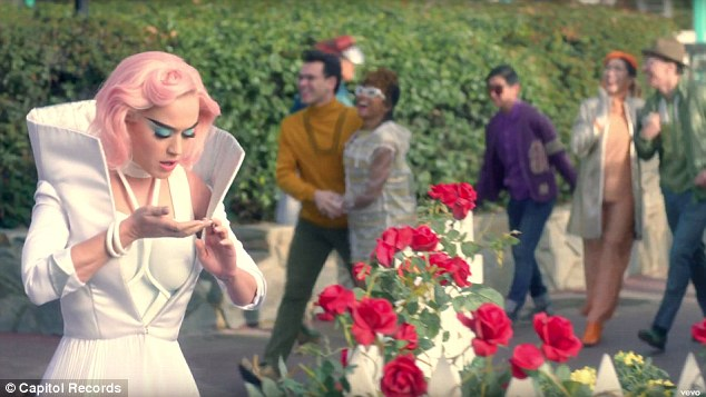 katy_perry_is_wearring_on_aura_tout_vu_for_her_new_music_video_chained_to_the_rythm_s